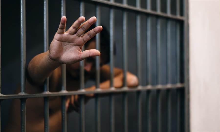 一名從泰國引渡回英國的毒販在獄中昏倒,引發全監獄恐慌,懷疑他感染新冠肺炎病毒。(示意圖,達志影像/shutterstock提供)