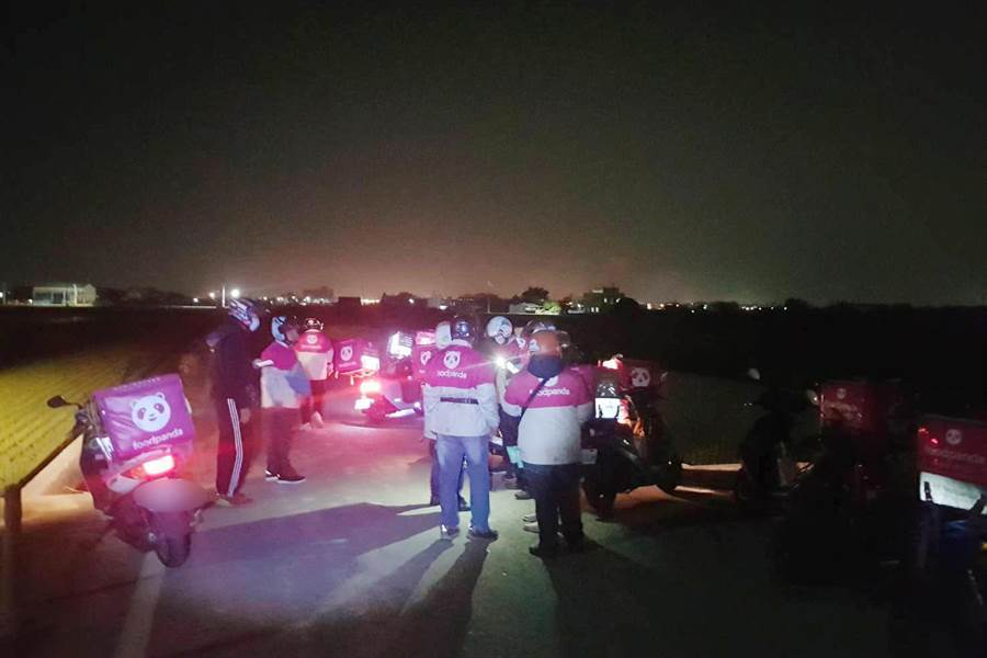 10日晚間八點多,10多名外送員幾乎同時抵達斗六市石林路,該處竟是產業道路,還被民眾誤認為是外送員車聚。(讀者提供)
