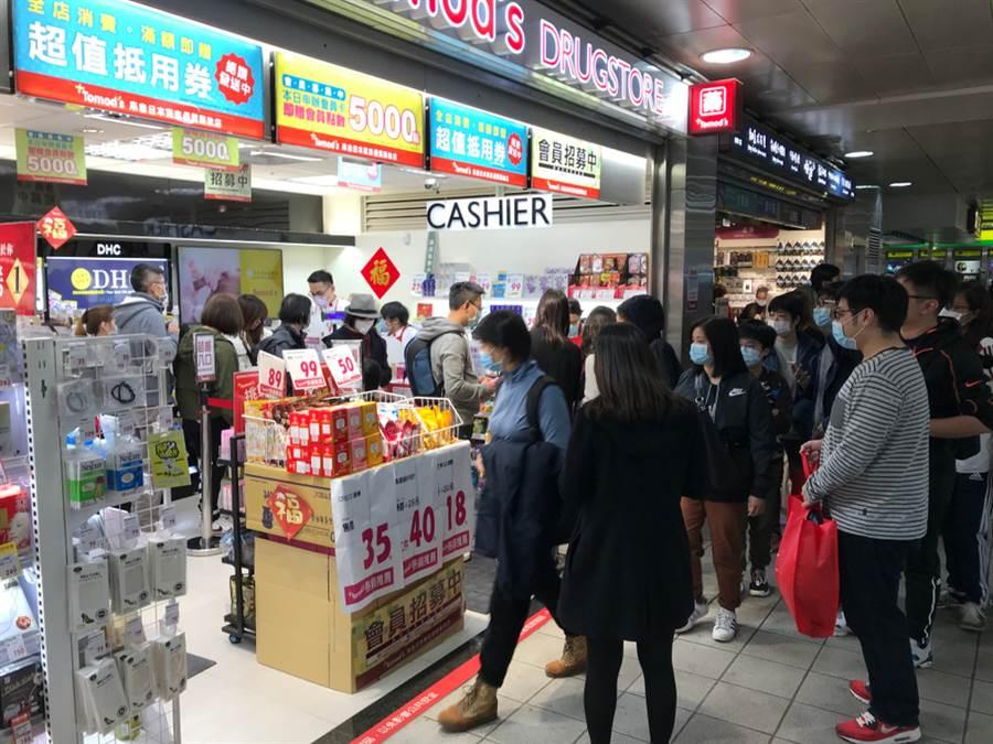 新冠肺炎在全球蔓延,不但掀起口罩荒,相關新聞也提升了台灣在國際的能見度。(圖/達志影像)