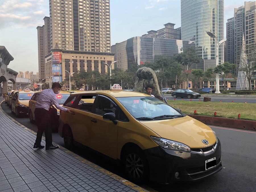 新北市裁決處2月14日起開放個人計程車行運將購領口罩。(新北市交通局提供/葉德正新北傳真)