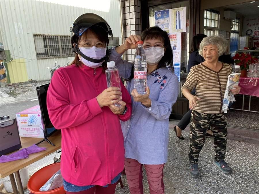 高市議員邱于軒服務處與旺旺集團合作,13日起免費發送水神抗菌液,吸引民眾排隊索取。(林宏聰攝)