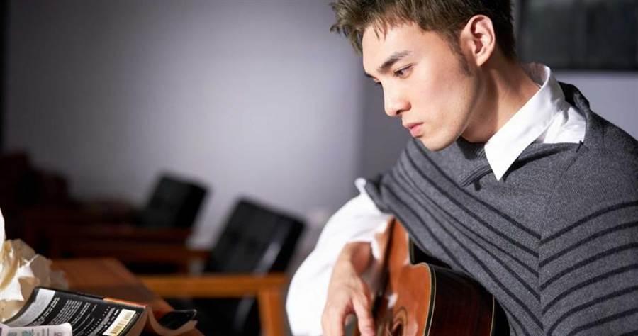 黃偉晉開春再推「光」的二部曲〈背光旅行〉。(圖/愛貝克斯提供)