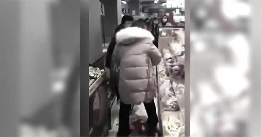 一名女子拉著行兇少女,自己也滿身鮮血,地上也可見大片血跡。(圖/看中國 Vision Times YouTube)