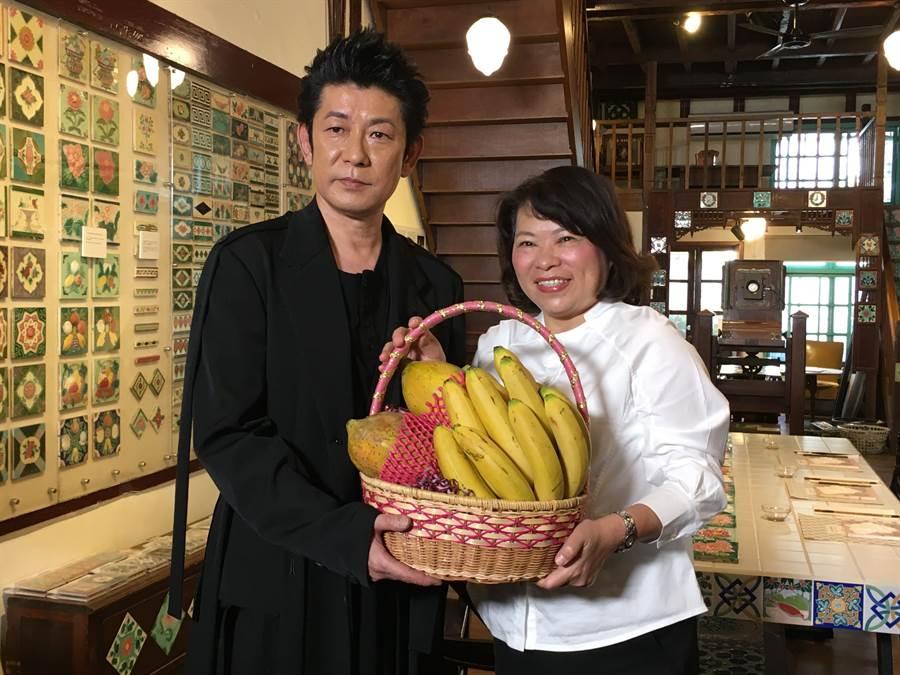 嘉義市長黃敏惠(右)送木瓜、香蕉,歡迎日本影帝永瀨正敏代言觀光。(廖素慧攝)