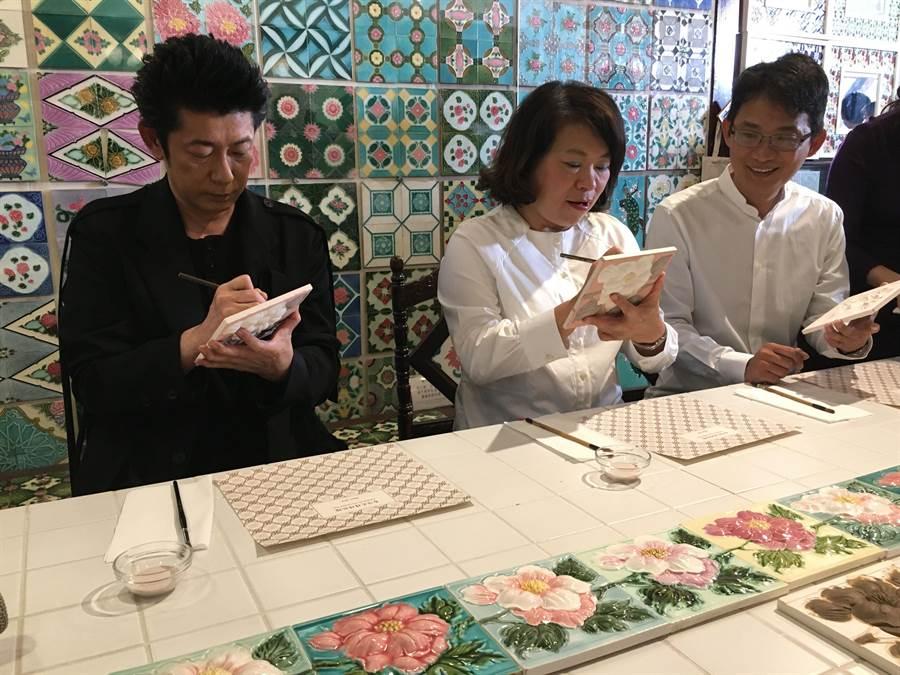 嘉義市長黃敏惠(中)、永瀨正敏(左)、花磚館長徐嘉彬為花磚上釉簽名。(廖素慧攝)
