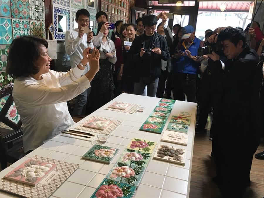 永瀨正敏(右)拿相機為市長黃敏惠拍照,黃敏惠用手機拍永瀨正敏。(廖素慧攝)