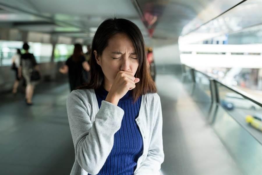 醫師指出,病患若出現「幾乎沒有流鼻水」且「大多數是不帶痰的咳嗽」的症狀,應被列入新冠肺炎鑑定診斷。此為示意圖。(達志影像/shutterstock)