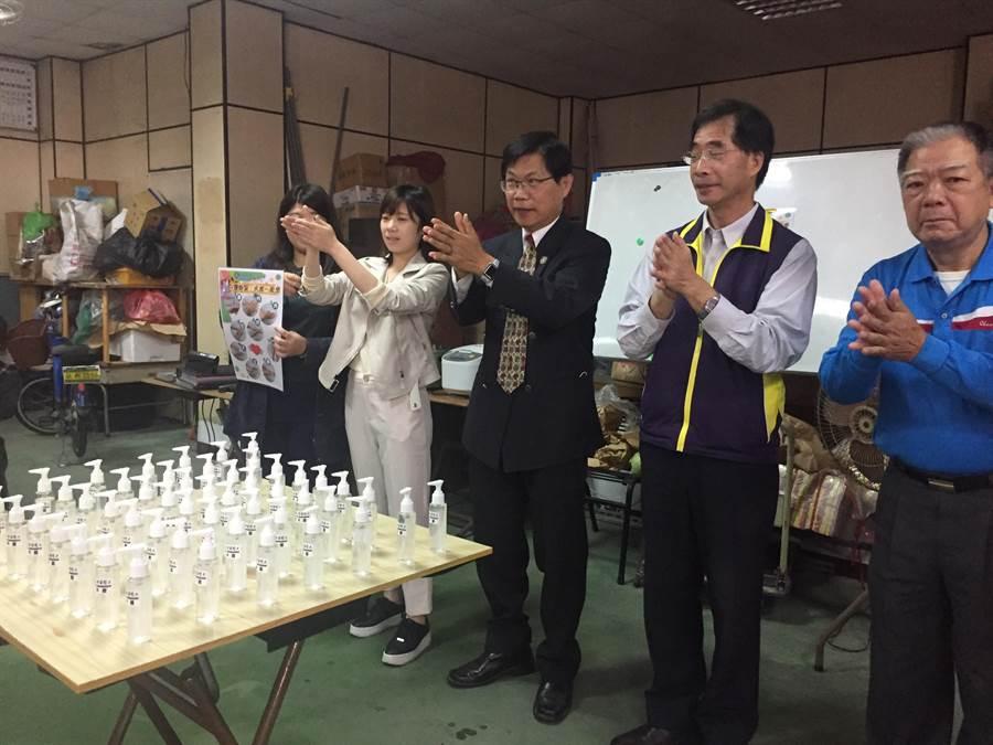 中華醫事科技大學走進社區,校長曾信超(中)帶頭示範正確清潔手部。(曹婷婷攝)