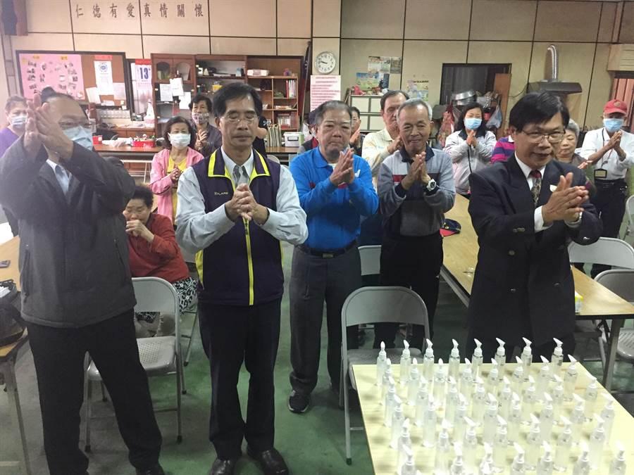 中華醫事科技大學USR團隊師生走進社區,舉辦「守護鄉里、防疫一起來」衛教宣導,校長曾信超(右)帶頭示範正確清潔手部