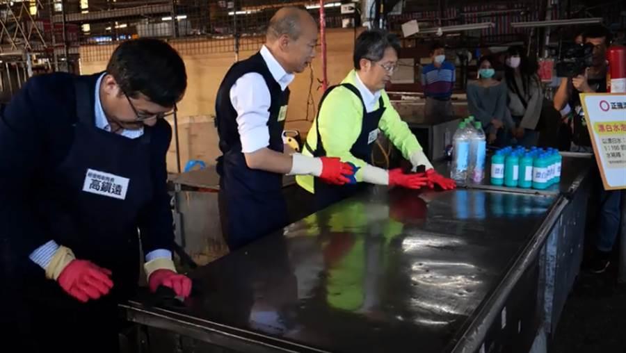 韓國瑜示範如何自製消毒漂白水。(圖/摘自韓國瑜臉書)