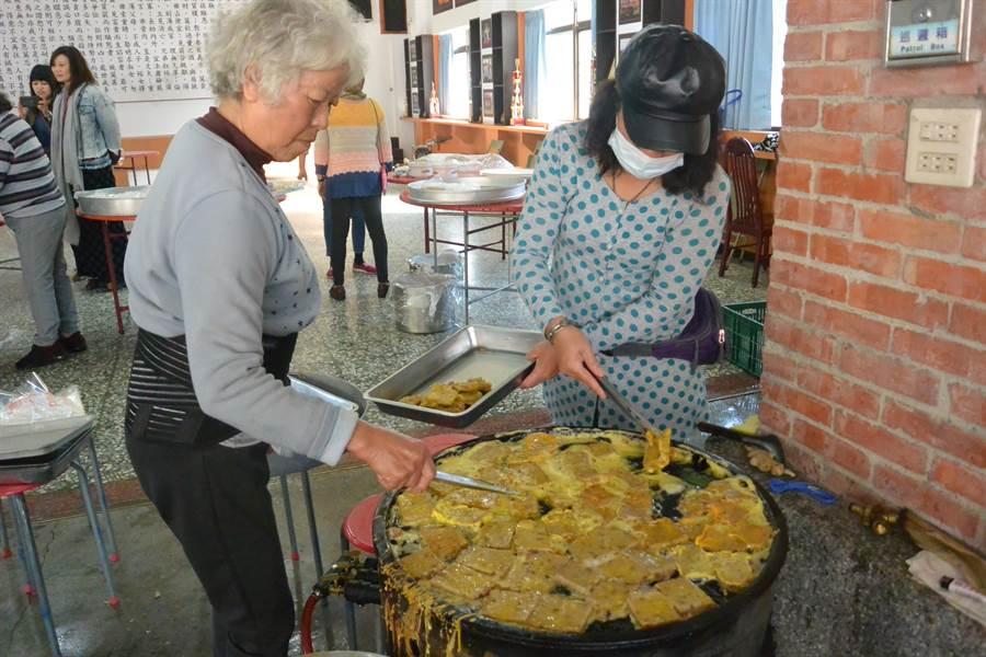 農曆正月20日「天穿日」是全國客家日,客家人準備「甜粄」或炸年糕祭天,有協助女媧補天之意。(巫靜婷攝)