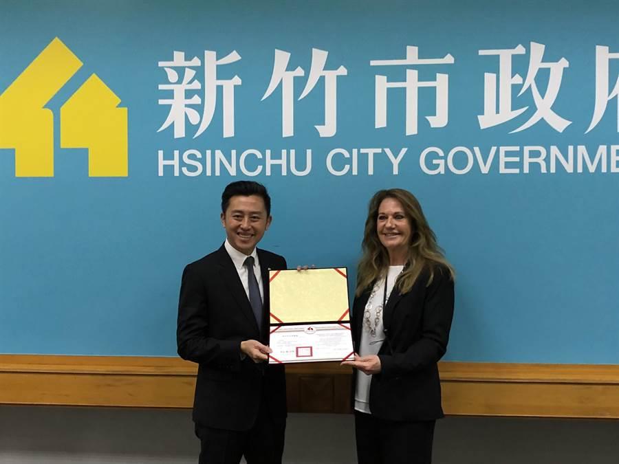 新竹市長林智堅(左)13日頒發聘書邀請Birgit Zander團隊擔任2021台灣燈會顧問,期待明年燈會能結合竹市能量與柏林經驗,讓全球人驚豔。(陳育賢攝)