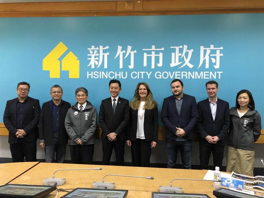 新竹市長林智堅(左四)13日頒發聘書邀請Birgit Zander(右四)團隊擔任2021台灣燈會顧問,期待明年燈會能結合竹市能量與柏林經驗,讓全球人驚豔。(陳育賢攝)