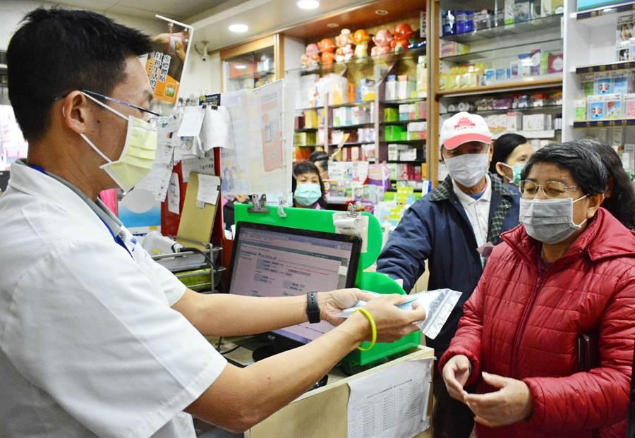屏東縣禮讓口罩運動奏效,每日完售藥局數量持續下降。(林和生攝)