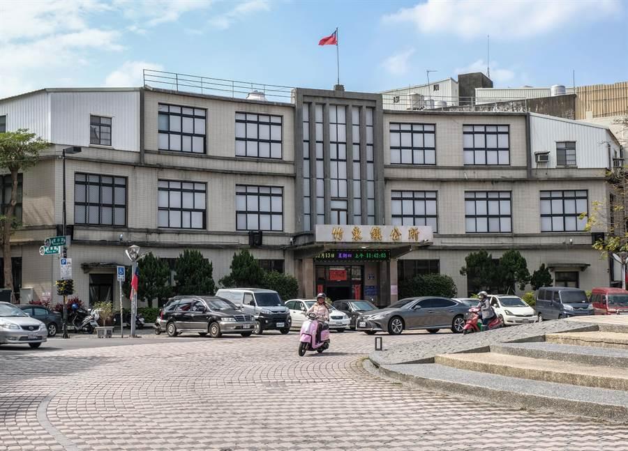 竹東鎮公所是重建還是遷建,目前尚無定論。(羅浚濱攝)