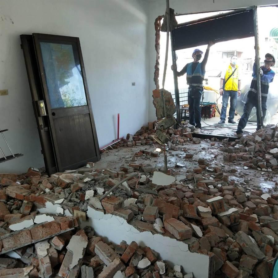 新北市聯合稽查小組拆除作為賭場的居所。(板橋警分局提供/王揚傑新北傳真)