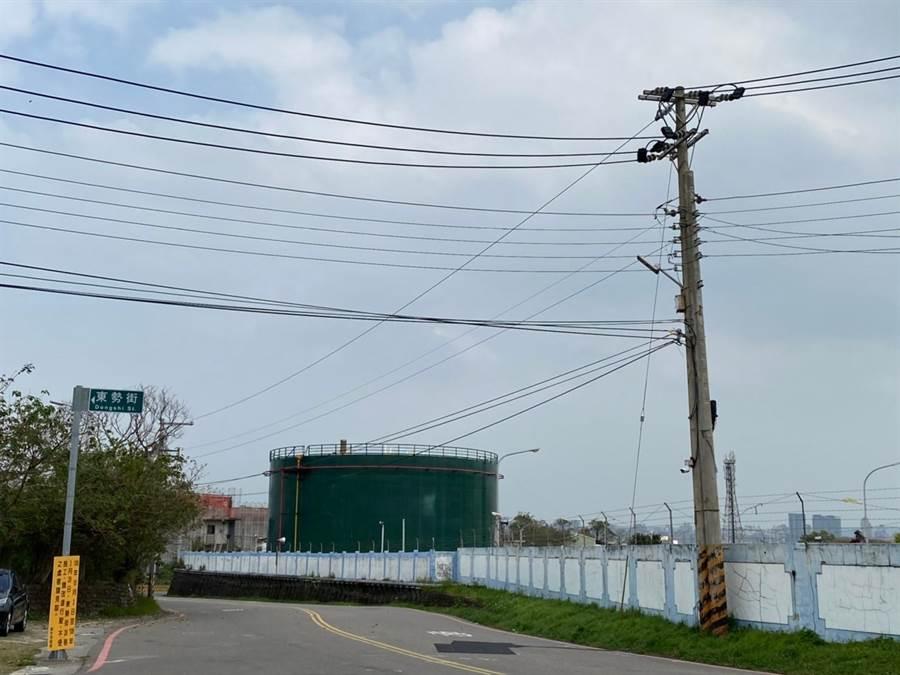 新竹市議員李妍慧與曾資程13日提出呼籲,未來油槽應做更全面的規畫,活化用地、再生油庫,賦予油庫第2生命。(陳育賢攝)