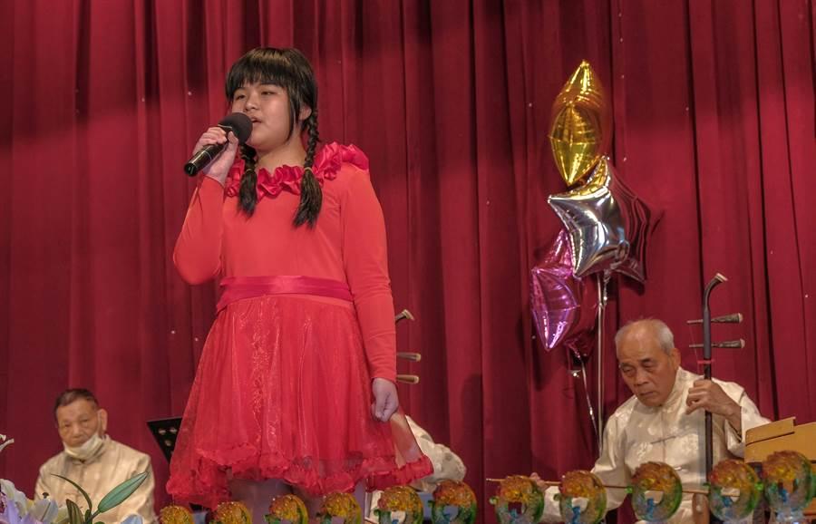 寶山鄉天穿日鄉長盃客家歌謠比賽,10歲豆欣穎是年紀最小的參賽選手。(羅浚濱攝)
