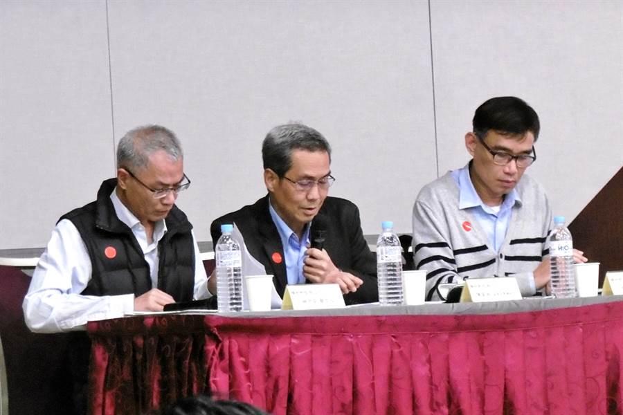 精材董事長暨總經理陳家湘(中)、發言人林中安(左)、財務長林恕敏(右)。(記者林資傑攝)