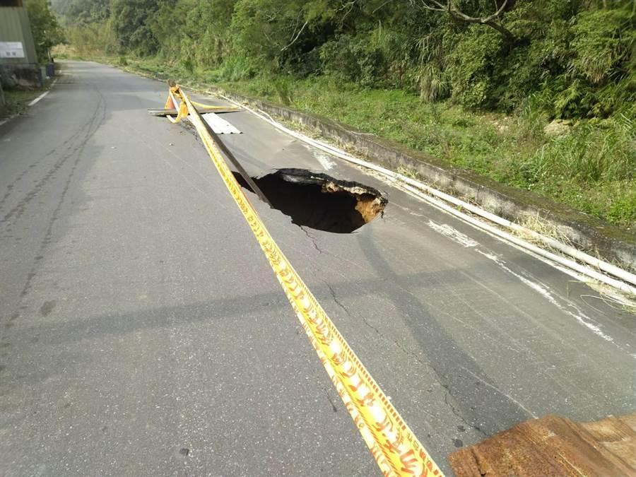 林口馬路突下陷深約2米洞,幸無人員傷亡(民眾提供/戴上容新北傳真)