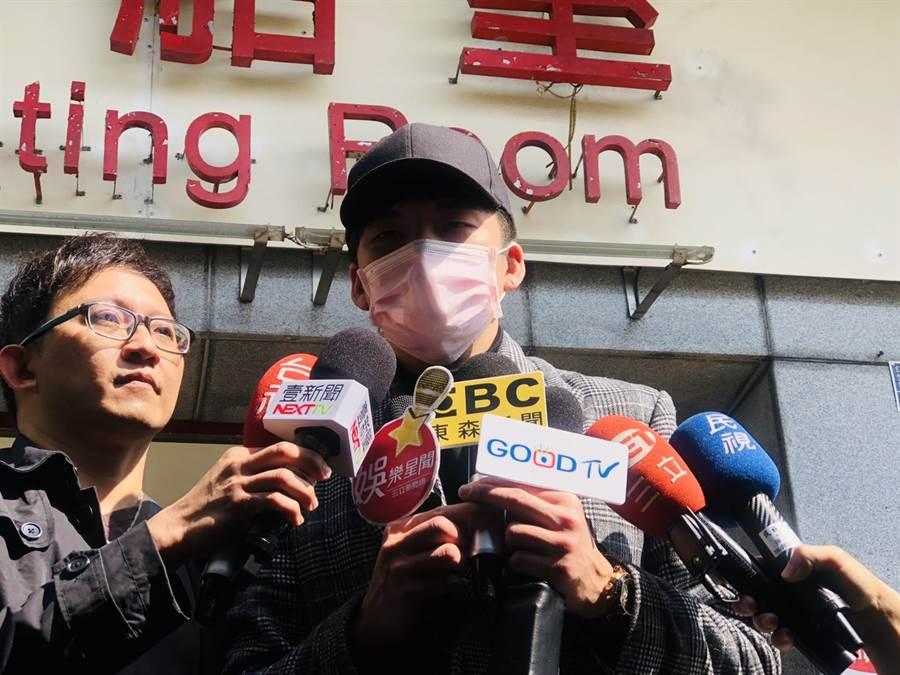 滯留在寶瓶星號上的「星光幫」歌手劉明峰今下船後表示,呼吸到自由的空氣真好。(吳康瑋攝)