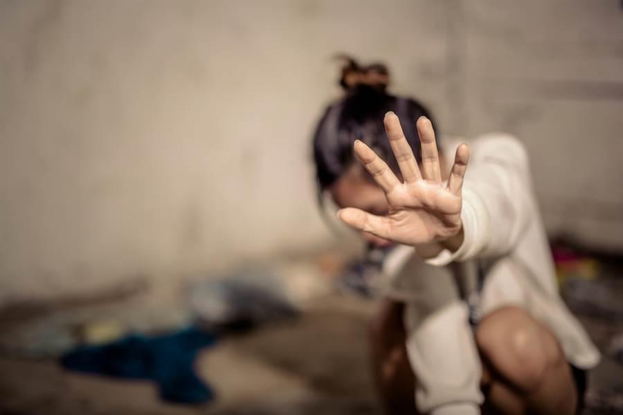 上千人翻牆性侵女大生 警冷眼看煉獄(示意圖非當事人/達志影像)