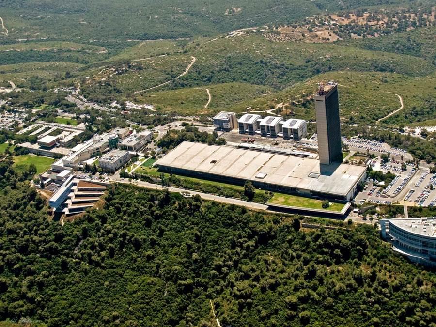 從卡梅爾山鳥瞰以色列海法大學校園。(東海大學提供/李侑珊台北傳真)