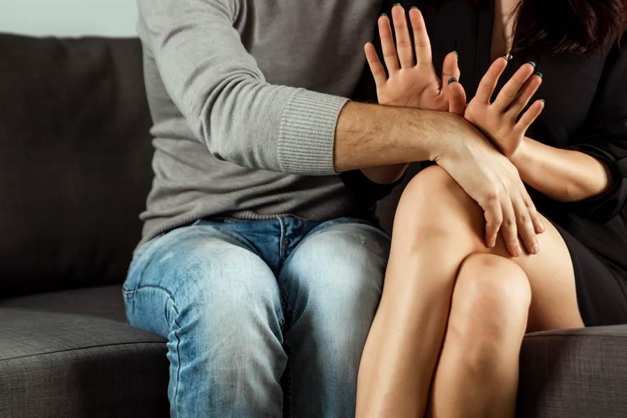 一名女子遭色鄰居企圖不軌,配合對方舌吻,最後躲過一劫。(達志影像/shutterstock提供)