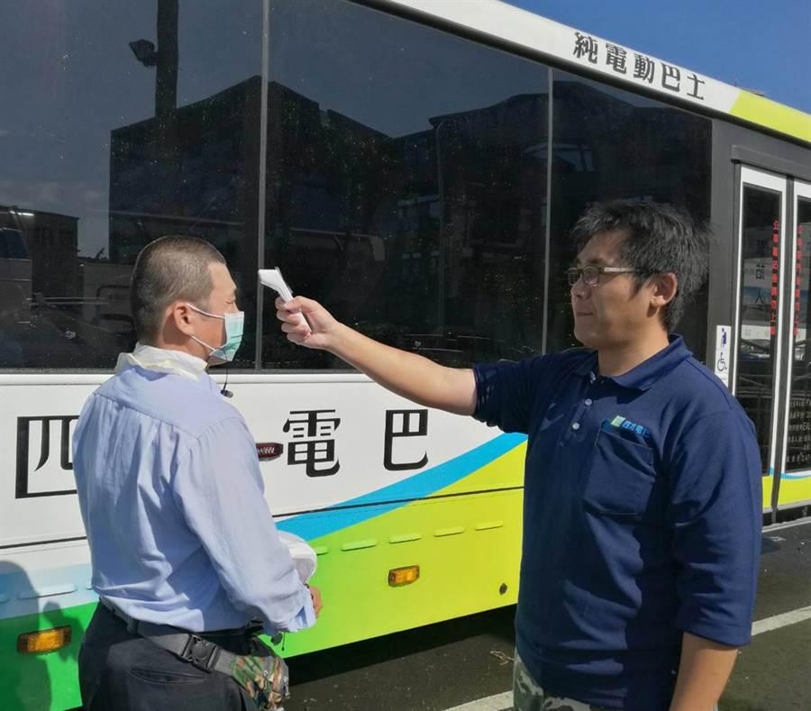 交通局公運處要求司機每日上車前要量額溫並配戴口罩,防疫務必做到滴水不漏。(台中市政府提供/陳世宗台中傳真)