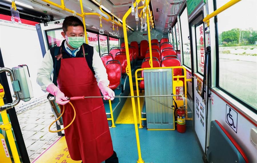 公運處要求業者休息時間針對車輛做簡易消毒,每天收班後車輛全面噴灑消毒。(台中市政府提供/陳世宗台中傳真)