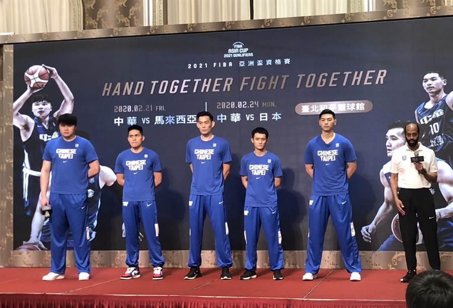中華男籃13日在記者會上派出陳冠全、陳盈駿、呂政儒、蔣淯安與胡瓏貿上台致詞,似乎預告著先發五人陣容。(黃及人攝)
