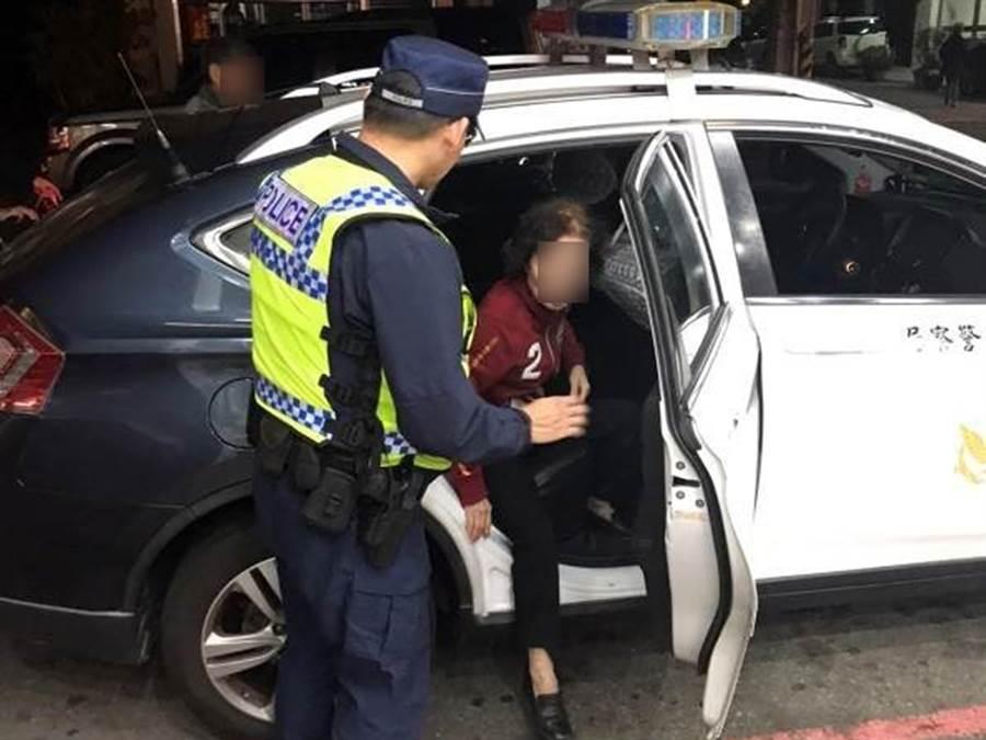 81歲婦人與兒吵架,負氣離家而迷路,台中市警局第四分局南屯派出所員警,用警車載她回北屯住處。(台中市警局第四分局提供/黃國峰台中傳真)