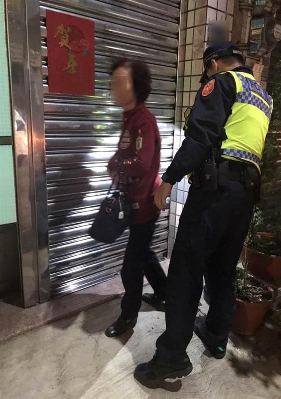 81歲婦人與兒吵架,負氣離家一走5個多小時,從北屯走到南屯,台中市警局第四分局南屯派出所員警,經過一番波折,送她回家。(台中市警局第四分局提供/黃國峰台中傳真)