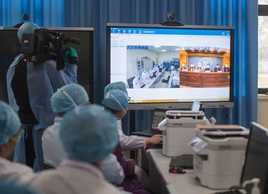 2月11日,廣東醫療隊武漢前方ICU團隊在武漢協和醫院西院與後方廣州醫科大學附屬第一醫院舉行遠程視頻會診。(新華社)