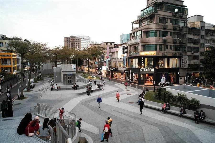 2月12日,新冠肺炎疫情升溫,衝擊國內觀光產業,圖為台北市中山商圈內人潮稀疏。(郭吉銓攝)