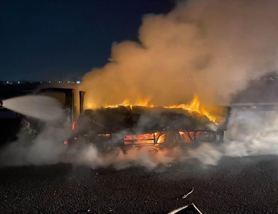 貨車載運乾洗手液起火,警消籲做好安全措施。(雲林縣消防局提供/張朝欣雲林傳真)
