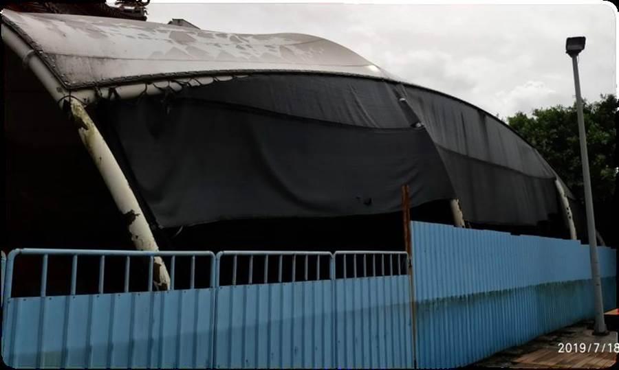 自由中國號船體閒置宮廟後方,僅以帆布遮蓋、深鎖在鐵皮柵門內。(海大提供/許家寧基隆傳真)