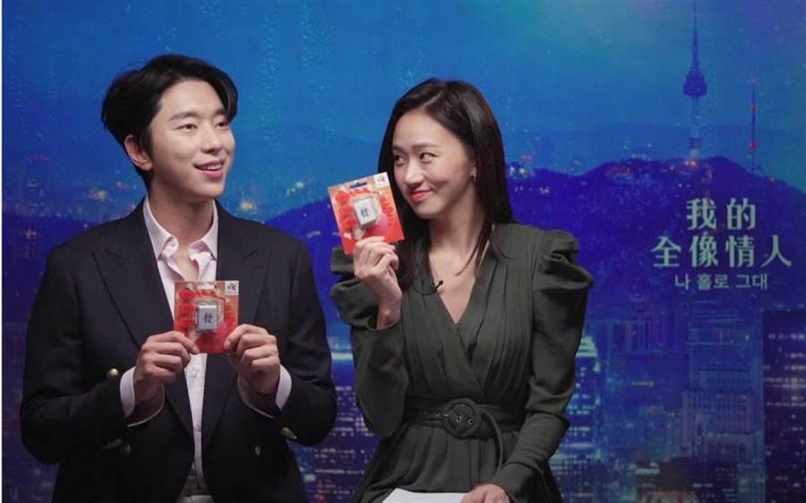 尹賢敏和高聖熙得知「發」和韓語「大發」有類似的含意,象徵新戲大發,相當驚喜。(圖/Netflix提供)