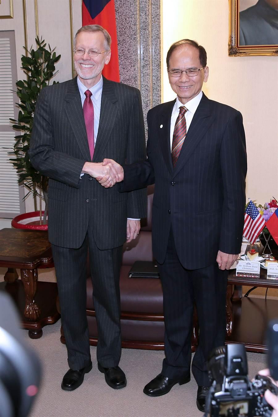 美國在台協會(AIT)處長酈英傑(William Brent Christensen左)13日拜會立法院長游錫(方方土右)。(黃世麒攝)