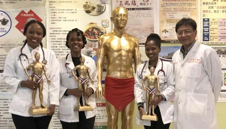 為讓義大後醫系外國學生對台灣中醫留下深刻印象,蔡金川教授(右一)透過致贈小金人,以傳承師生情誼。(義守大學提供/林雅惠高雄傳真)