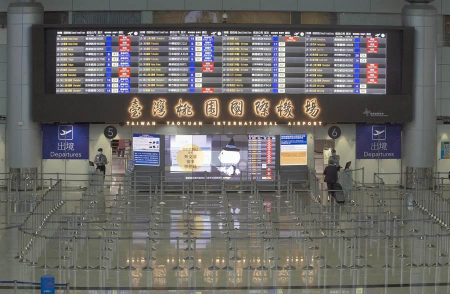 第二航廈出境大廳,原本應是旅客排隊出境的時段,目前只剩零星旅客。(陳麒全攝)