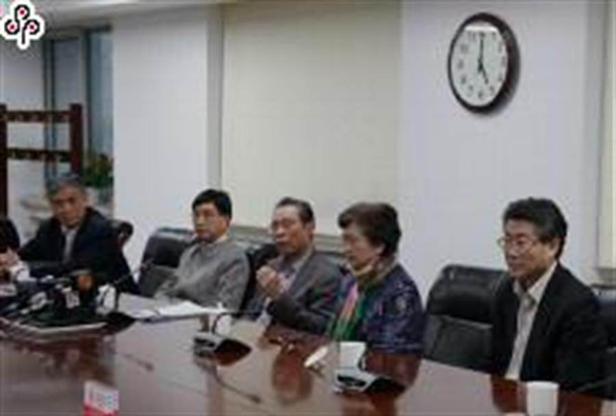 1月20日下午,針對「新冠肺炎」疫情,大陸國家衛健委高級別專家組在北京就公眾關心的問題回答者提問。鍾南山(左三)及專家組成員參加。(照片取自中新社)