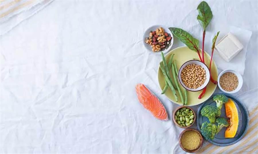 多吃幾口蔬菜水果,就能防止大腦退化?十幾年前沒有人會相信這個論點,因為當時科學家相信,大部份的食物營養素很難穿過大腦的保護機制──血腦屏障。(圖/周書羽)