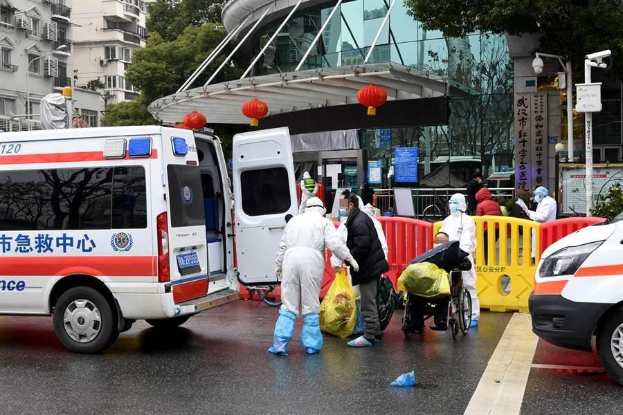 武漢市紅十字會醫院2月10日將新冠肺炎患者轉送至火神山醫院治療,圖為轉運現場。(中新社)