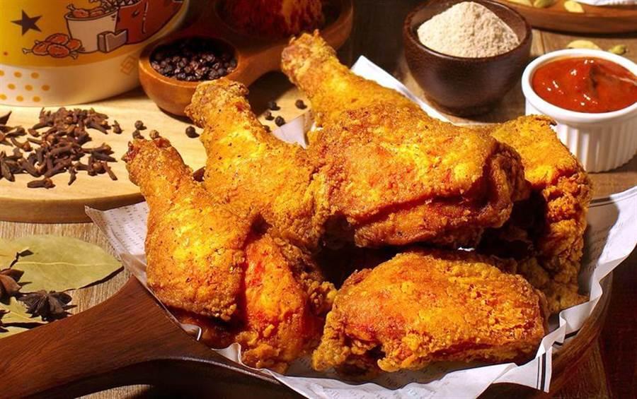 天成文旅華山町餐酒館為搶餐飲外送商機,以威士忌加蜂蜜調製「熱托迪醬」,讓食客搭配炸雞享用。(圖/天成飯店集團提供)