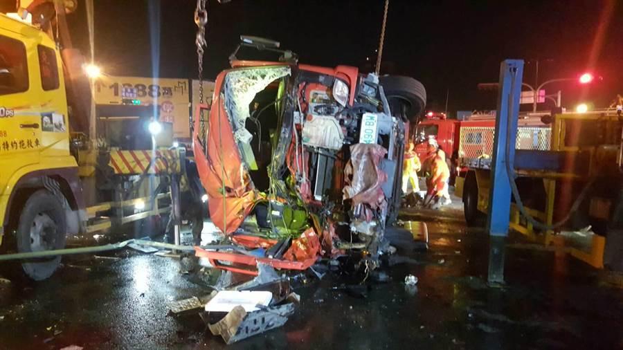 高市鳳祥分隊水箱車今晚執勤遇上車禍,釀成1死4人輕重傷意外。(翻攝畫面/柯宗緯高雄傳真)