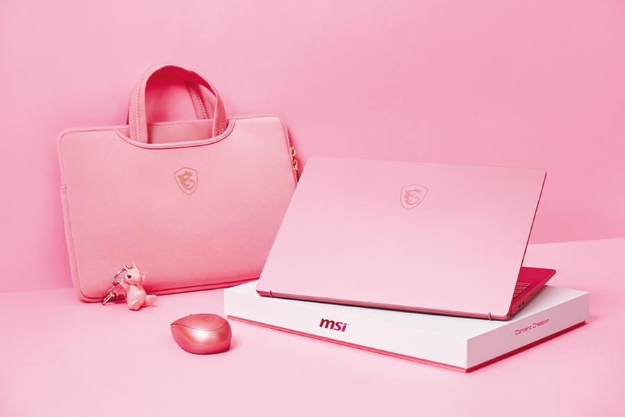 微星Prestige 14乾燥玫瑰粉搭配同色系防震袋和無線滑鼠,連Lucky龍公仔鑰匙圈都變得粉粉嫩嫩。圖/業者提供