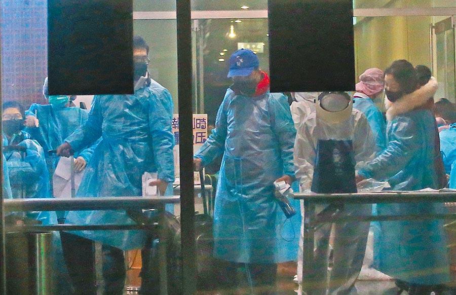 圖為滯留武漢首批台商搭乘專機返台,經過相關檢疫作業後,4日凌晨坐上遊覽車抵達隔離處所,正式開始進行14天的監測。(本報資料照片)