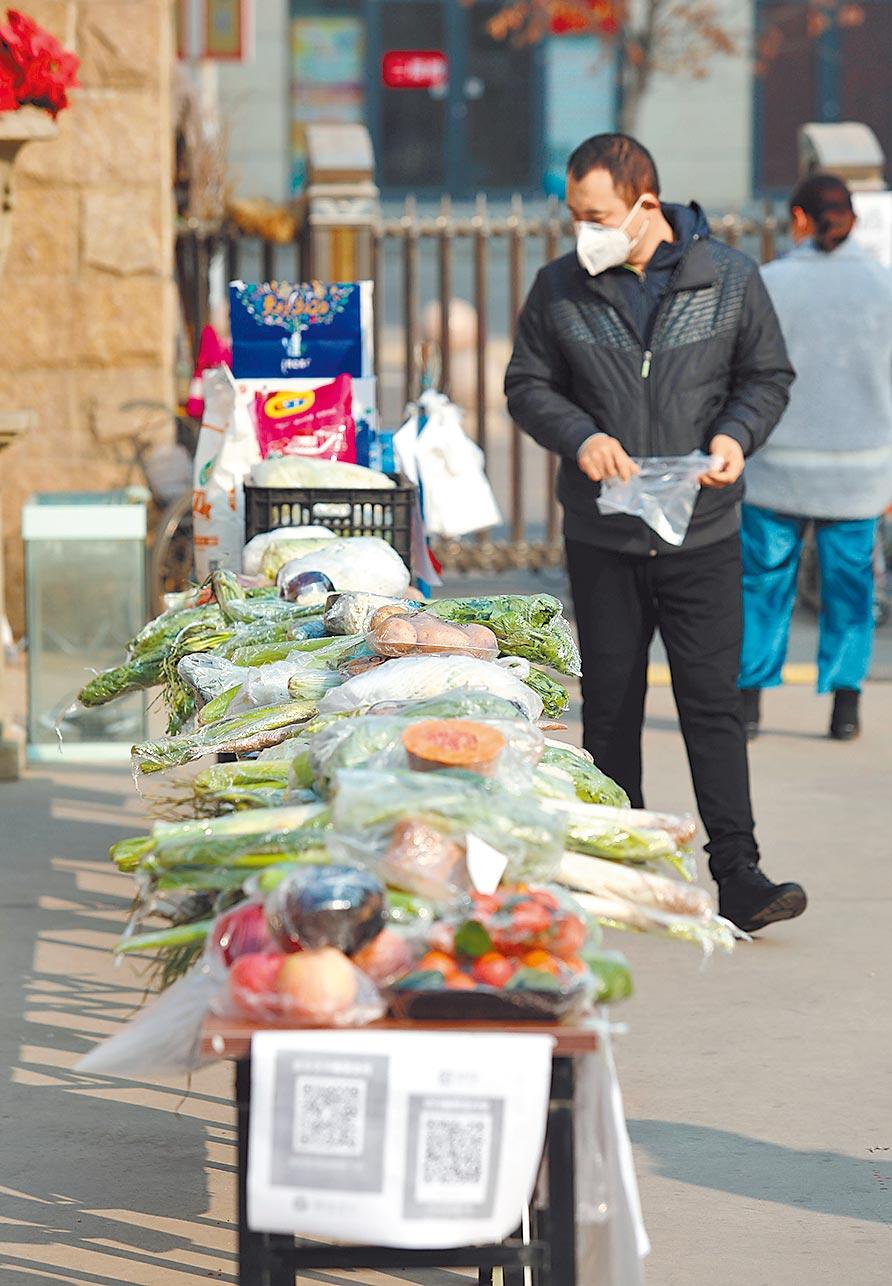 為保障防疫期間生活供應,河北石家莊一處社區開設無人售菜點,居民選定菜品後自主掃碼付款,減少了人員聚集的風險,受到區居民歡迎。(新華社)