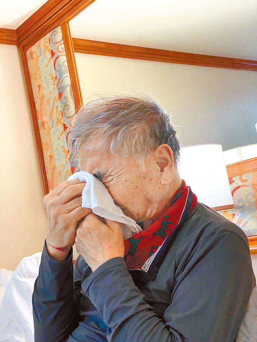 鑽石公主號船上有約20多名台灣人,其中一名中年男乘客表示父親連日咳嗽還咳血、多次流鼻血。12日終於有醫師到艙房內看診。(家屬提供/中央社)